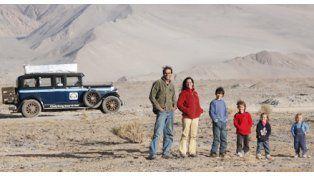 Desde el 2000, una familia argentina recorre el mundo en un auto de 1928