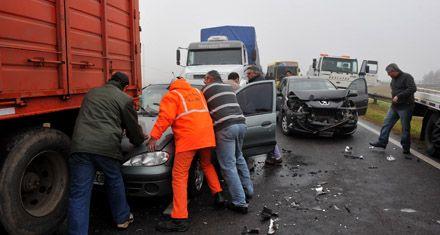 Múltiples choques en la autopista causaron dos muertos y 20 heridos