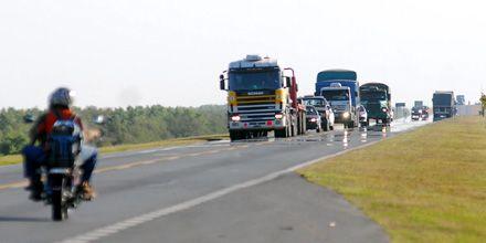 Puente a Victoria: un muerto y dos heridos al chocar un auto y un camión