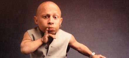 El Mini-Me en Austin Powers, demandó a sitio de internet por difundir video sexual
