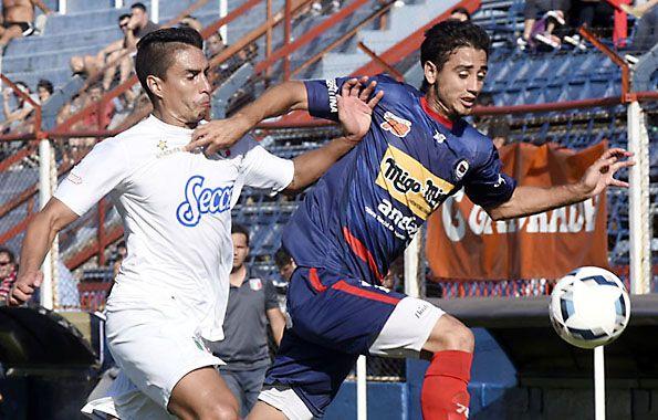 A pura lucha. Cristian Sánchez intenta generar un ataque para los charrúas por el sector izquierdo.