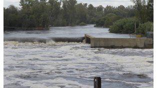 Desbordado. El caudal del río Carcarañá se engrosa y su comportamiento amenaza a toda la zona que recorre.