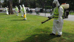Las fumigaciones son una de las medidas de prevención del dengue. (Foto La Capital/Archivo).