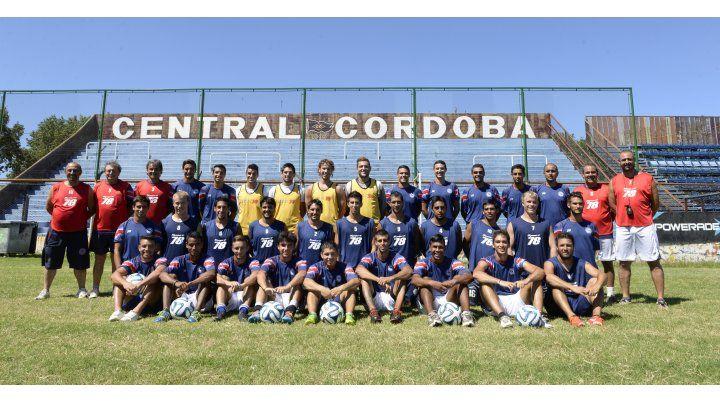 Campañón. El plantel de Central Córdoba empezó el año con el objetivo de salvarse del descenso y lo logró. Ahora va por más: pelear por el segundo ascenso. (Silvina Salinas / La Capital)