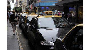 El relevamiento de los taxistas señala que en 2015 realizaban unos 48 viajes diarios entre los dos turnos, hoy esa cifra bajó a 42 viajes diarios. (Celina Mutti Lovera)