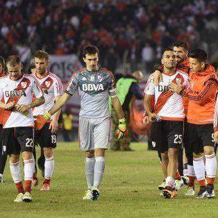 Angustia. DAlessandro, Barovero y Mercado al frente del equipo cuando se retiraba de la cancha aplaudido por la gente.
