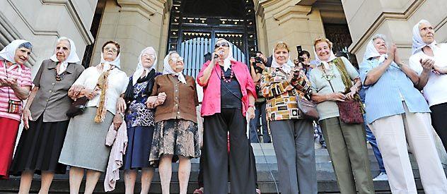 Pañuelos blancos. La semana pasada las Madres hicieron su ronda tradicional frente al Palacio de Tribunales.