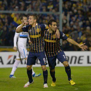 Ruben y Herrera celebran uno de los goles del 3-0 ante Gremio en Arroyito.