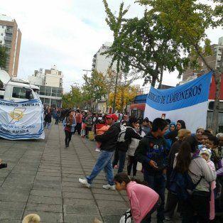 La plaza Libertad, en Sarmiento y Pasco, recibió gran cantidad de público en busca de una ración gratis de leche.