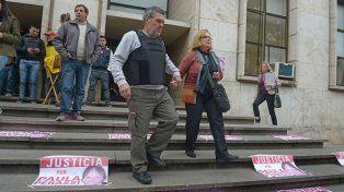 Un logro. Alberto Perassi y su esposa salen de Tribunales en una jornada en la que se reencontraron con la justicia en el reclamo por la muerte de su hija.