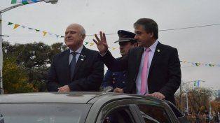 Festejo. El gobernador y el intendente Pedretti en el multitudinario desfile.