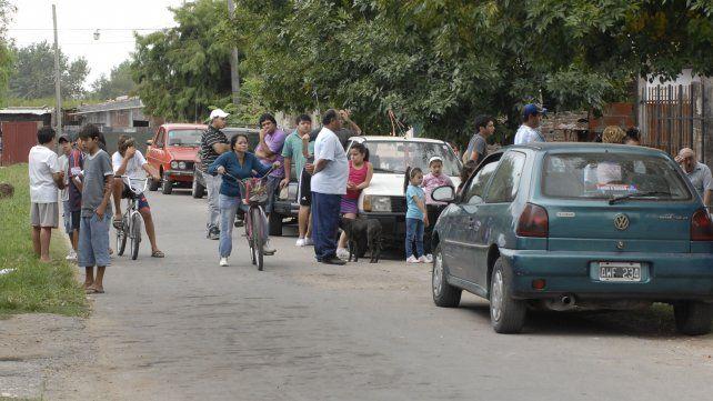 Conmoción. Vecinos en la calle tras el homicidio de Tizziano Gamarra