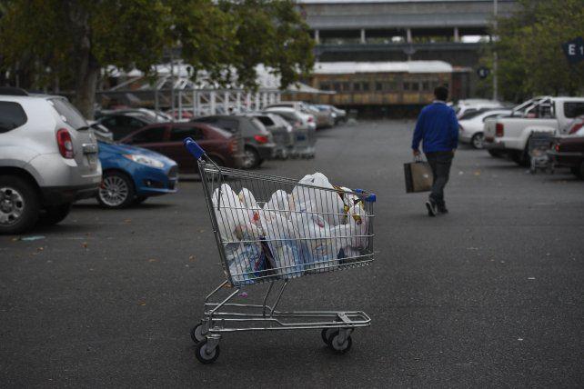 La ordenanza que prohíbe la entrega de bolsitas en los supermercados generó polémica. Ahora podrían revisarla. (Foto: La Capital / S. Salinas)