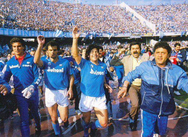 Maradona celebra junto a sus compañeros del Napoli el primer scudetto del equipo del sur de Italia. Fue en 1985