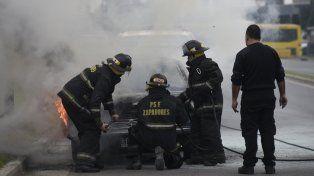 Tensión entre los vecinos del barrio de Refinería al incendiarse un viejo Ford Taunus abandonado en la calle