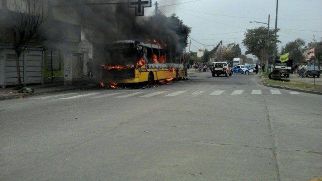 El interno de la línea 146 se incendió sobre el mediodía y causó alarma en Empalme Graneros.