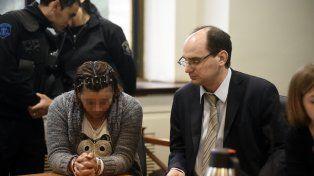 La mujer siguió el juicio sin mirar.