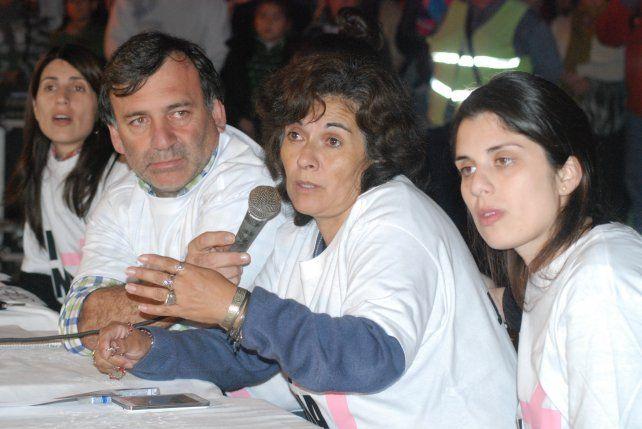 Al frente. El papá y la mamá de Chiara (centro) se pusieron al frente de los reclamos en Rufino.