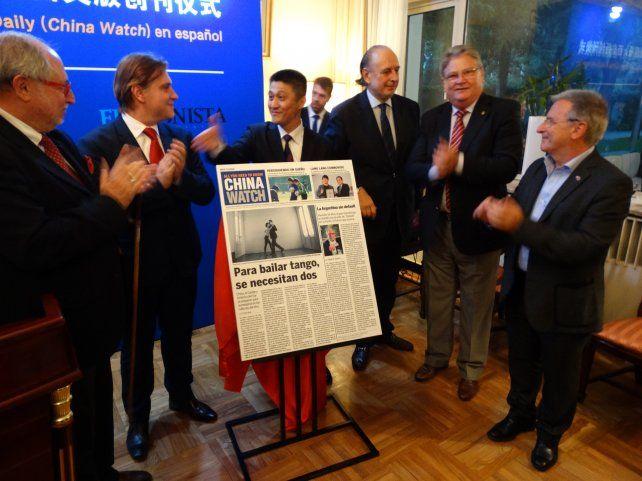 Satisfacción. Gao Aming (con un ejemplar de China Watch) y José Luis Manzano junto a funcionarios en la embajada.