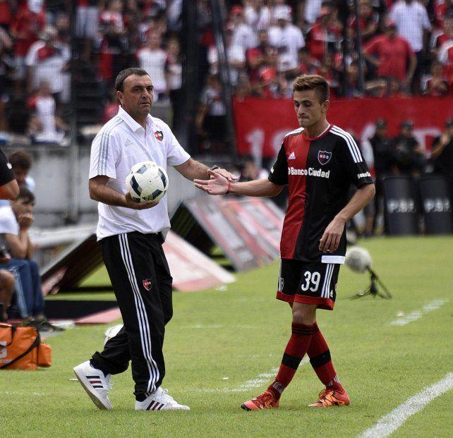 Estímulo. Diego Osella le entrega la pelota a Elías Jalil