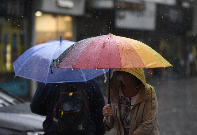 Un consejo: salir con paraguas. El miércoles arrancó con amenazas de lluvias y lloviznas. (foto La Capital/Archivo: H. Río)
