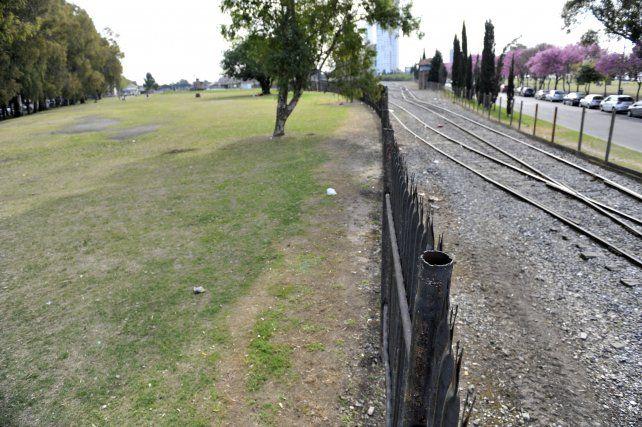La avenida de la Costa. La Municipalidad espera los trámites para liberar los terrenos donde pasará la doble mano. (Foto La Capita/V. Benedetto)