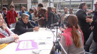 En pie de guerra. En la plaza se montó una radio abierta en la que se reclamaron mejores salarios docentes.