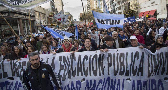 Masiva marcha en defensa de la educación y la universidad pública a Plaza de Mayo