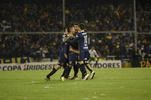 Walter Montoya festeja con todo el gol canalla.