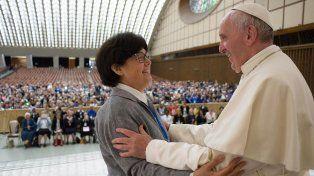 Jornada. Francisco abraza a la hermana misionera Carmen Sammut en el aula Pablo VI del Vaticano
