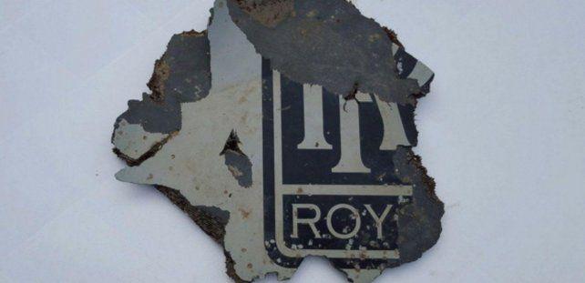 Evidencia. El logo del motor Rolls Royce hallado en la costa de Sudáfrica.