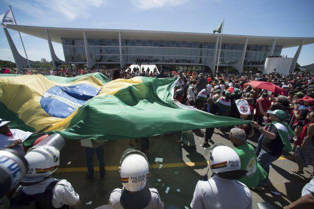 Aguante. Partidarios de Dilma manifestaron frente a la sede de gobierno.