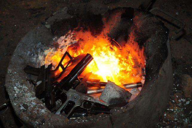 Al horno. Casi 700 armas fueron quemadas en una fundición santafesina.