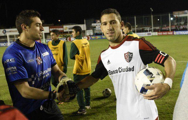 Me la llevo. Maxi Rodríguez se quedó con la pelota del partido luego de sus tres goles