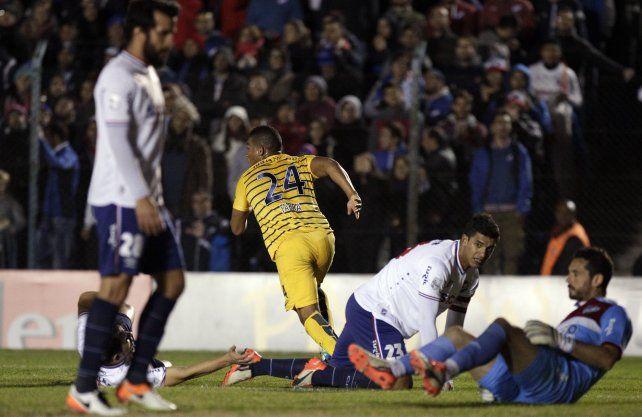 Grito clave. Fabra (24) sale corriendo en el festejo de su gol.