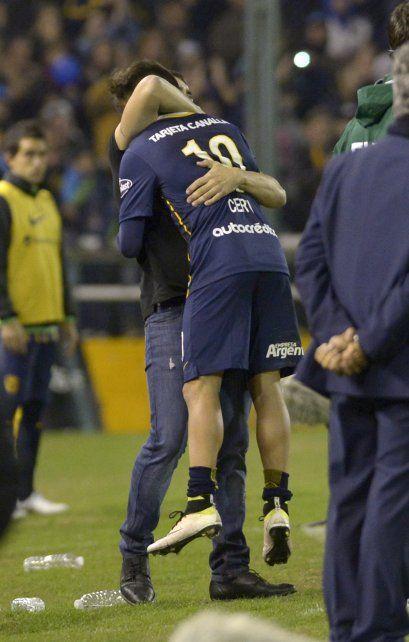 Abrazados al éxito. Coudet levanta feliz a Cervi con el triunfo consumado. Central ahora jugará con ventaja en Colombia.