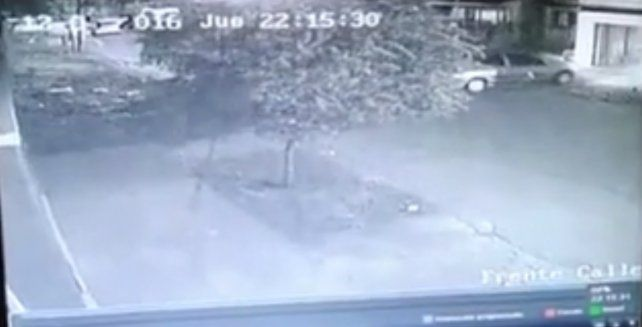 La cámara de seguridad muestra el momento en el que Rodrigo Espíndola ingresa al garage de su casa.