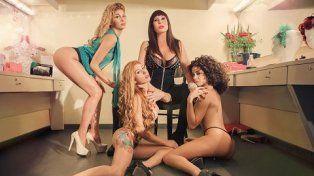 Moria Casán ilustra la portada de la revista Playboy rodeada de jóvenes mujeres