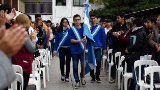 Los abanderados de la escuela de Ovidio Lagos al 5800 ingresando al acto.