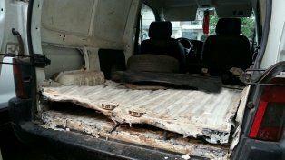 Doble fondo. El Peugeot Partner detenido en la autopista con 85 panes de droga.