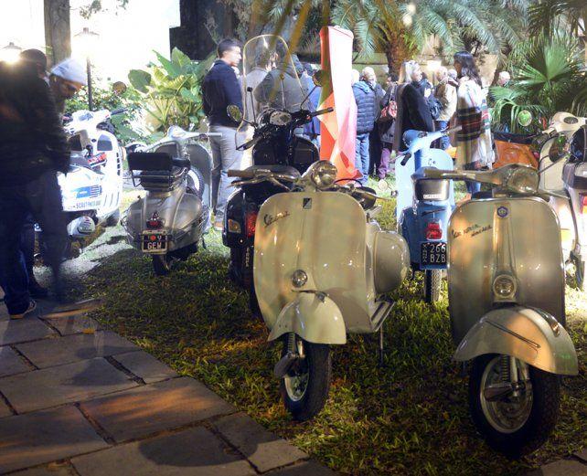 unas joyitas. Las clásicas motos se mostraron anoche frente al Consulado de Italia.