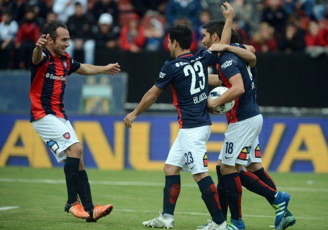 Nicolás Balndi festeja con sus compañeros el primer tanto de San Lorenzo ante Colón.