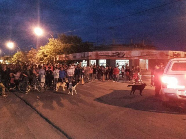 Los vecinos de Oliveros reclamaron justicia en las calles de la ciudad.