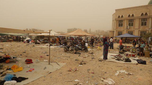 Ferias itinerantes. Los sirios montan carpas y venden lo que lograron sacar de sus viviendas al huir.