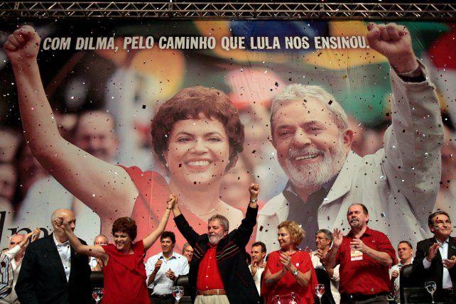 Del Auge al declive político. El entonces presidente Lula presenta en febrero de 2010 a Dilma (su jefa de Gabinete) como la candidata a sucederlo.