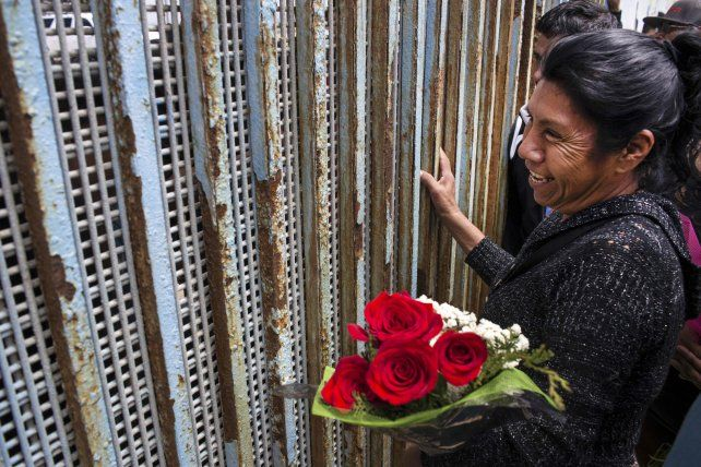 Agridulce reencuentro. Una madre en Tijuana saluda a su hijo
