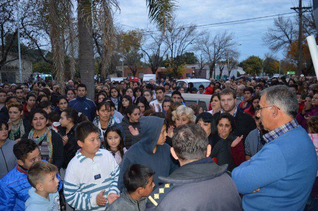 Movilizados. La población de Oliveros reclamó justicia por el crimen en la puerta de la comisaría y ante el jefe comunal.