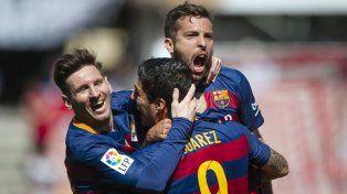 Feliz. Messi saluda a Suárez