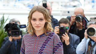 Lily Rose Depp debutó como actriz en Cannes con la película The Dancer.