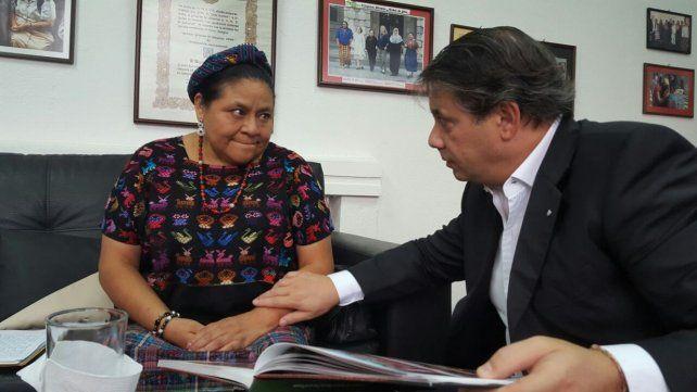 Acuerdo. Rigoberta Menchú junto con Whpei en Guatemala.